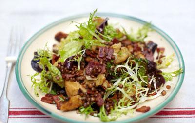 Теплый салат из чечевицы с беконом и хрустящими гренками