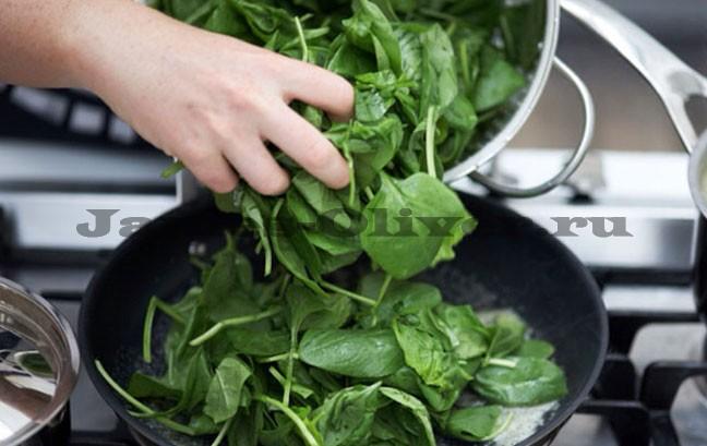 Добавить шпинат на сковороду