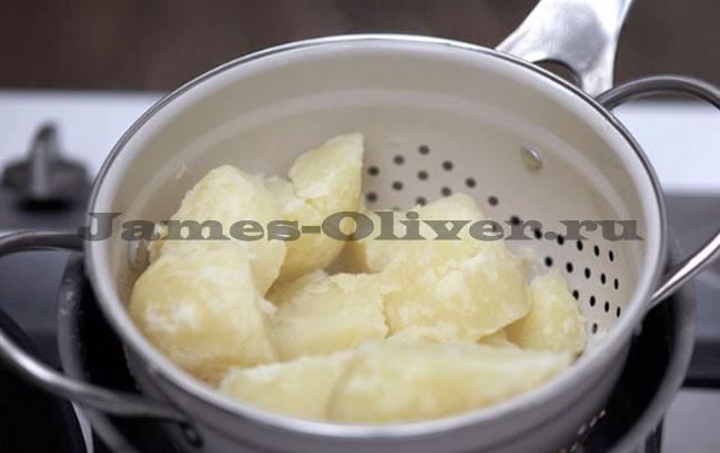 Слить воду из картофеля и оставить его в дуршлаге