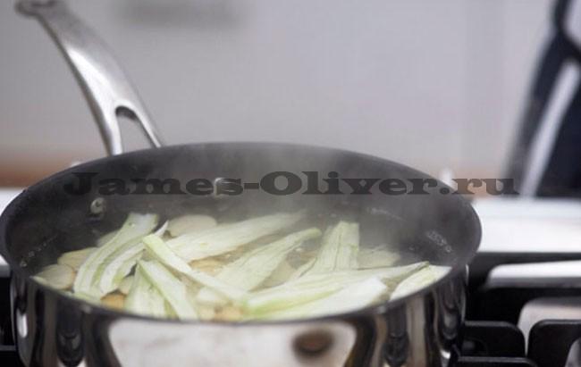 Картофель и куски фенхеля довести до кипения