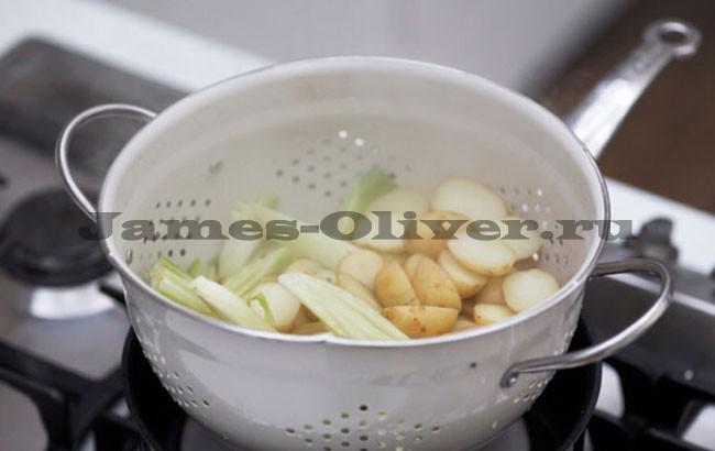 Картофель и куски фенхеля помещаем в дуршлаг