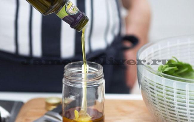 В банку налить оливковое масло