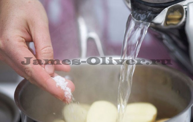 Залить картофель водой и посолить