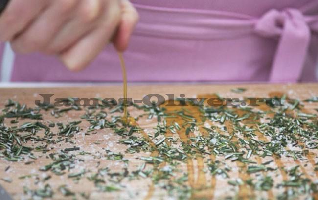 На доске листья спрыснуть оливковым маслом