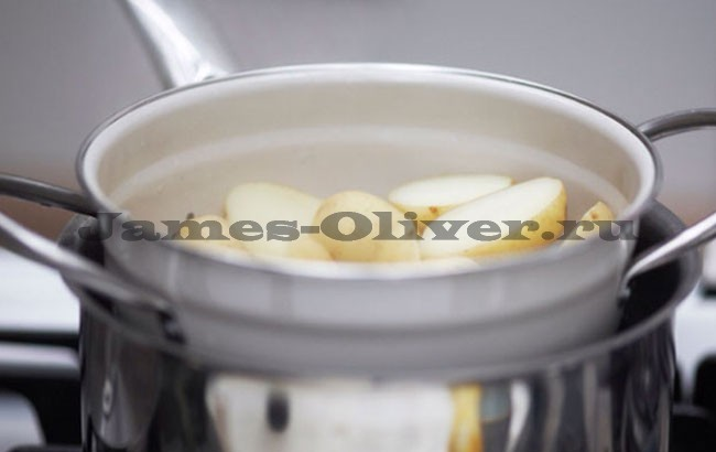 Просушить картофель в дуршлаге