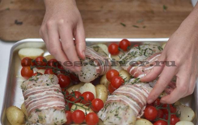 Все выложить на противень и добавить помидоры черри