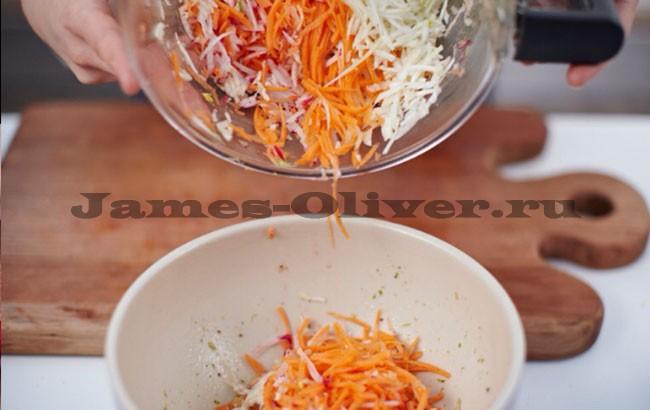 Натереть морковь и выложить в миску