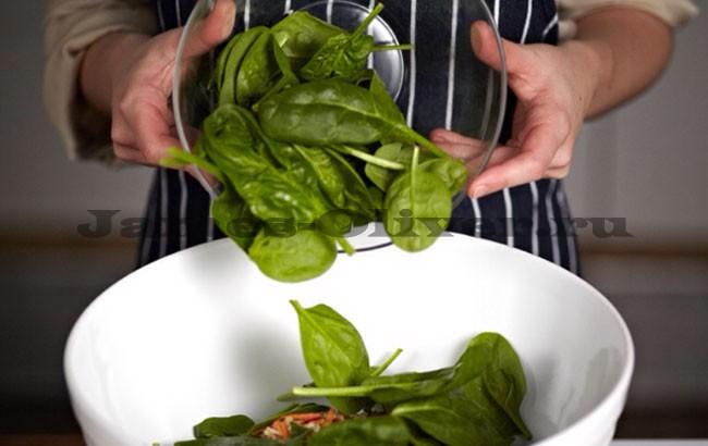 Добавить шпинат в миску