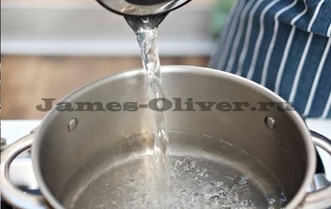 Налить половину кастрюли водой