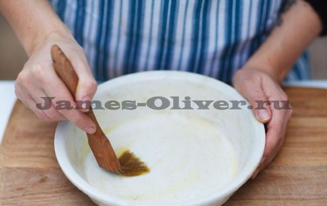 Смазать круглую форму для выпечки