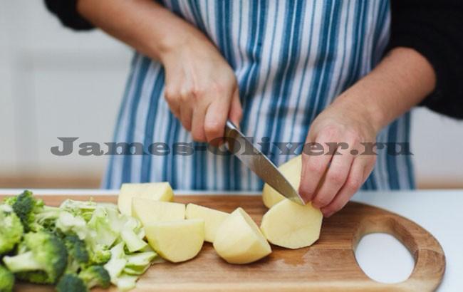 Порезать картофель,капусту Брокколи