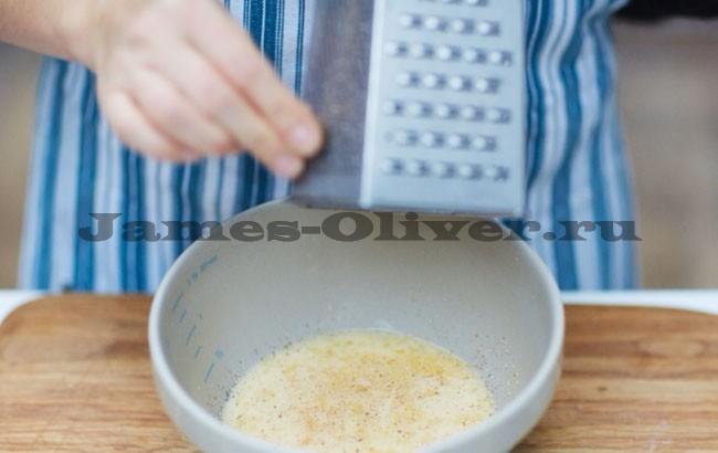 Яйцо с молоком перемешать в миске