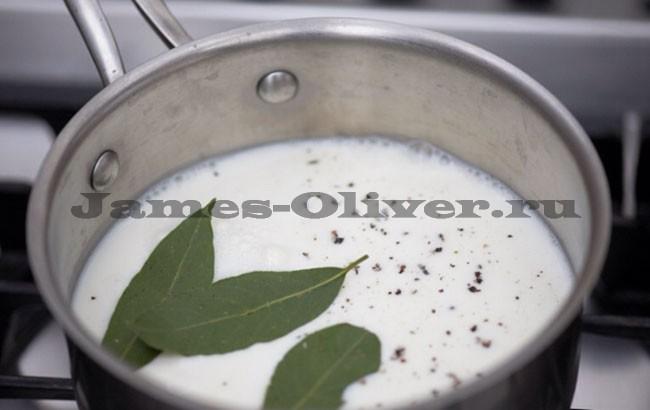 Молоко,соль,лавровые листья  вкастрюлю. Доводим до кипения