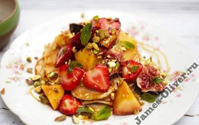 Фруктовый салат с блинами